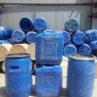 بشکه های پلاستیکی آبی رنگ